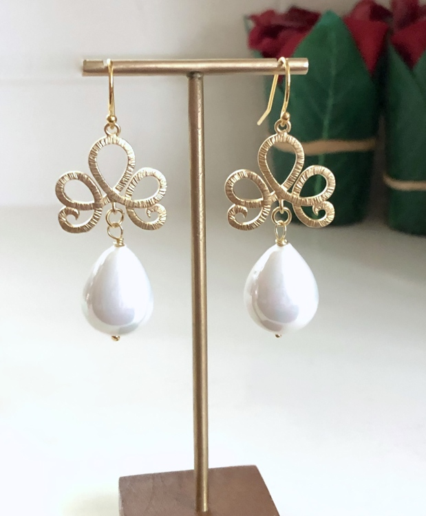 Ornament oorbellen met Shell Pearls