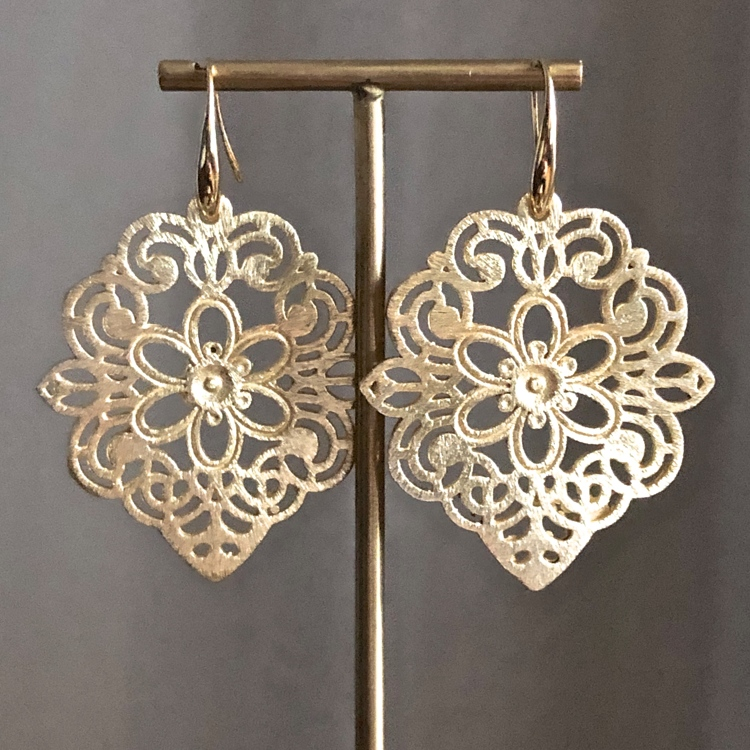 Brushed filigree ornament oorbellen