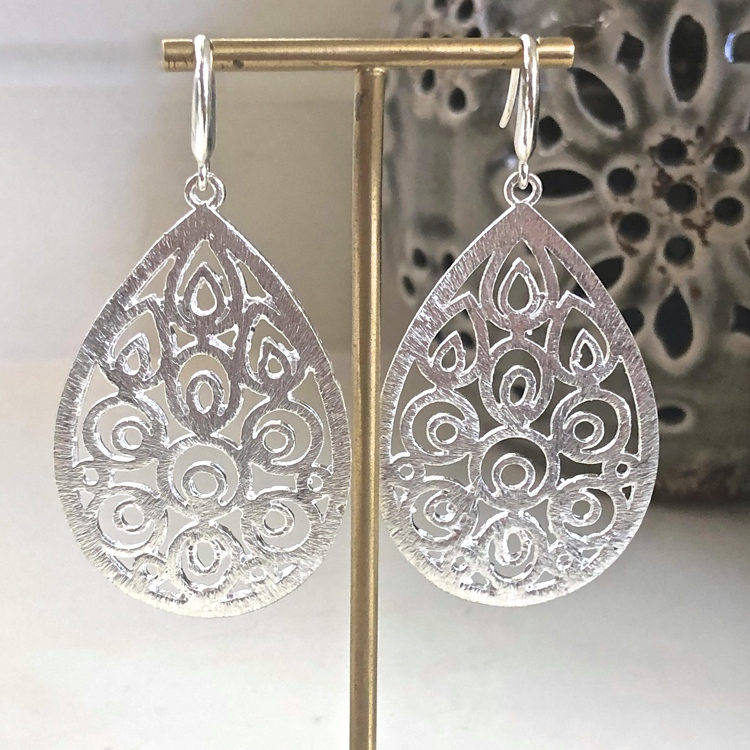 Zilveren brushed Filigree drop oorbellen